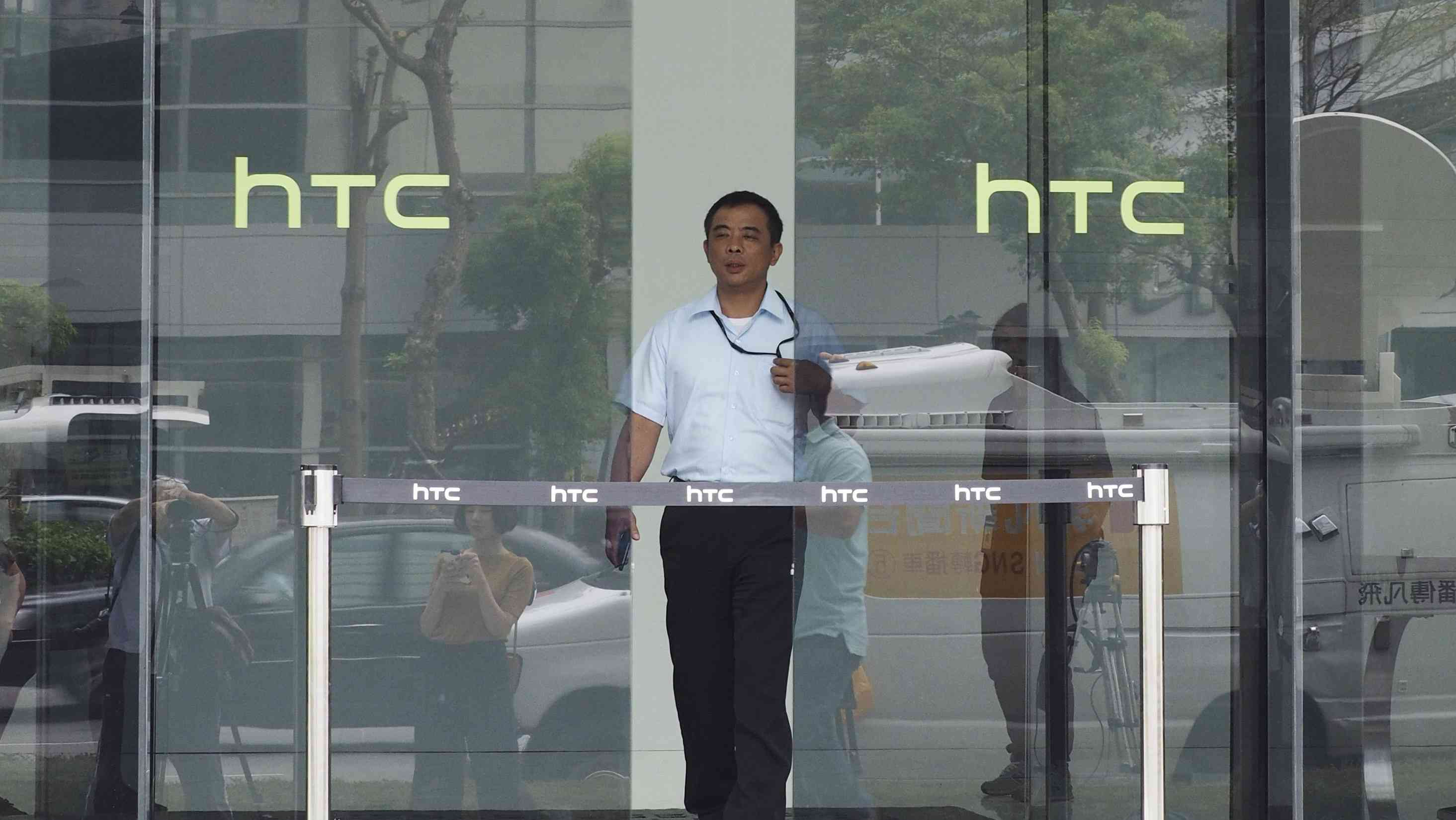 "HTC卖身路: 从代工厂到代工厂 11亿美元""硬件切割"""